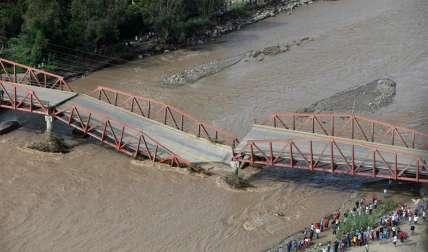 Fotografía aérea que muestra un puente caído por la crecida del río Virú, que arrasó varios puentes que comunicaban a diversos pueblos en la región norteña de La Libertad (Perú). EFE