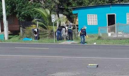 El cuerpo del joven quedó tendido sobre la hierba al lado de la parada. Su verdugo lo ejecutó a plena luz del día, y salió huyendo en un vehículo. Se investiga.