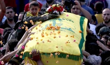 Seguidores de grupo chií Hizbulá y familiares llevan en procesión fúnebre el féretro de Mohammed Ibrahim Hamza, militar miembro de Hizbulá, muerto junto con otros 26 militantes durante enfrentamientos junto a fuerzas del Gobierno sirio en Aleppo. Foto:EFE