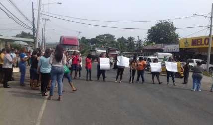 La Policía  Nacional  ha solicitando a los manifestantes que reabran la vía.