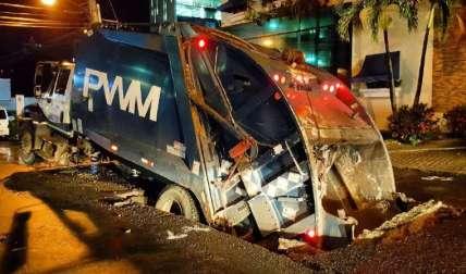 Así quedó el pesado camión compactador atrapado en el hueco en Bella Vista. Foto Cortesía