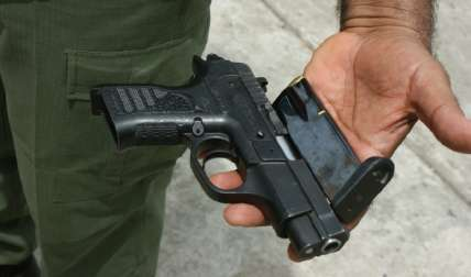 El arma de fuego fue recuperada por las unidades policiales en la escuela. Foto Ilustrativa