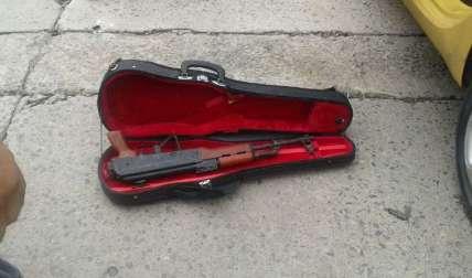 El arma de guerra AK-47 estaba oculta en un estuche, dentro del taxi. Foto Cortesía