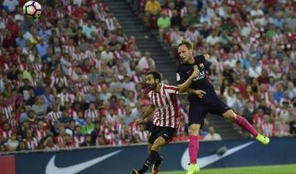 Iván Rakitic (dcha.) convirtió ayer de cabeza, el gol que le dio la victoria al Barcelona. Foto: AP