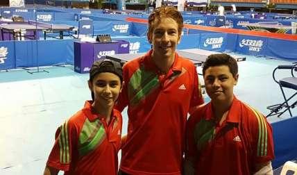 Jacobo Vanish (izq.) y Emilio Wong (derecha) estuvieron en el podio. Foto Cortesía
