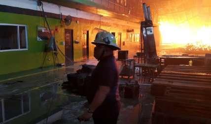 Los bomberos luchaban por controlar la situación. Foto CBP
