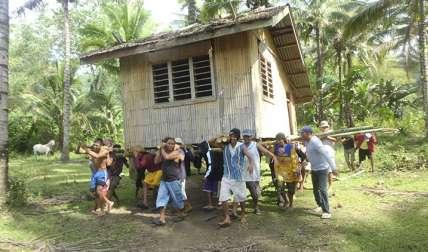 Filipinos mueven una casa a un nuevo lugarWikipedia / Bonvallite