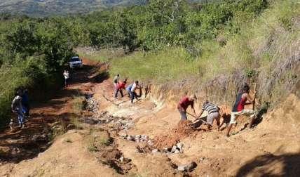Residentes tratan de mantener el camino transitable. José Manuel Adames