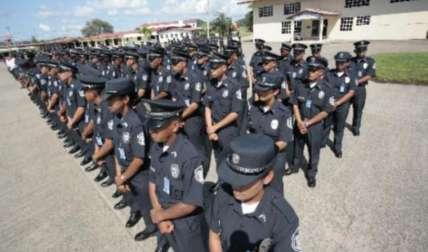 Uniformados en formación.  Foto Archivo