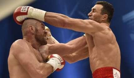 Wladimir Klitschko (dcha.) y Tyson Fury pelearon el año pasado.  Foto: AP