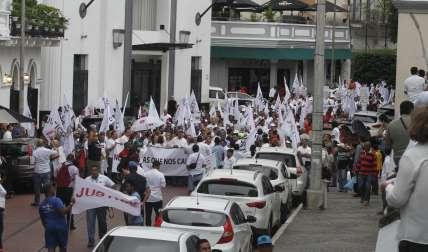 Periodistas, políticos opositores, exfuncionarios y activistas sumaron a la marcha pacífica.   Foto: Edwards Santos