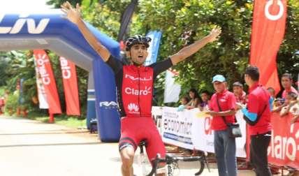 Roberto González cuando cruza la meta en la etapa de ayer. Foto: Cortesía