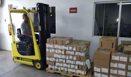 Vista de los medicamentos siendo descargados en el depósito de Divisa.  /  Foto: Elena Valdez