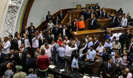 Una turba de chavistas intentan entrar al palacio federal legislativo hoy, domingo 23 de octubre de 2016, en Caracas (Venezuela).  /  Foto: EFE