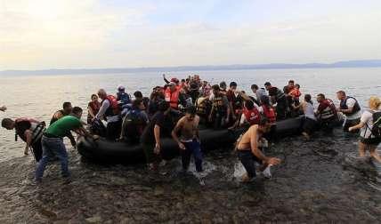 Varios inmigrantes sirios llegan en una lancha neumática a la costa de Mitilene en la isla de Lesbos, Grecia, tras cruzar el Mar Mediterráneo. /  Foto: EFE Archivo