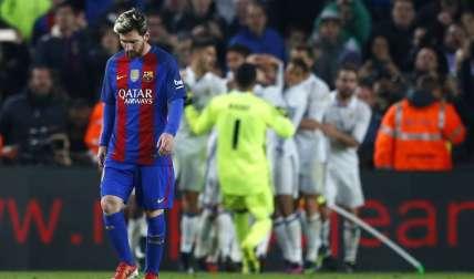 Lionel Messi no pudo esconder su tristeza, luego del gol del empate de Sergio Ramos.  Foto: AP