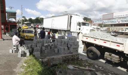 Reguero de bloques. Foto Edwards Santos Crítica