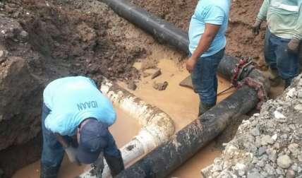 Una vez identificado el problema, las cuadrillas se desplazaron al sitio para proceder con la reparación.  /  Foto: @IdaanInforma