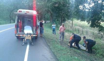 Imágenes del momento en que unidades de Cuerpo de Bomberos se disponían a trasladar al conductor del vahículo.  /  Foto: @joegab05