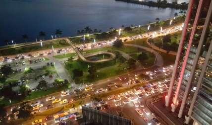 Tranque vehicular en la avenida Balboa y la Cinta Costera.  /  Foto: @TraficoCPanama