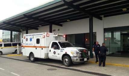 En las afueras del hospital.