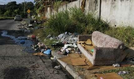 La basura ocupa parte de la acera del lugar.  /  Foto: Edwards Santos