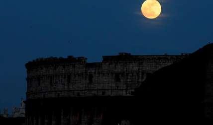 La luna llena brilla sobre el Coliseo romano. EFE/Archivo
