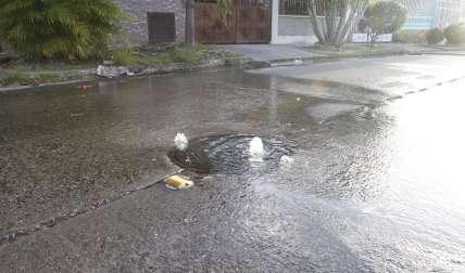 Las aguas servidas corren por toda la calle.  /  Foto: Edwards Santos