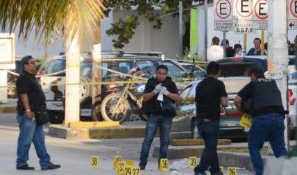 Investigadores de la policía trabajan en la escena del crimen donde un tiroteo estalló después de un ataque contra el edificio de la Fiscalía del Estado de Quintana Roo, en Cancún, México.  / Foto: AFP