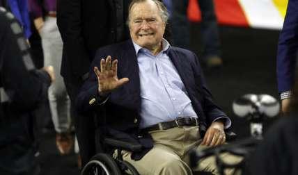 George Bush sufre una forma de Parkinson y se desplaza con una silla de ruedas o en un vehículo motorizado.  / Foto: AP