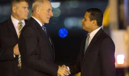 El ministro de Relaciones Exteriores de Guatemala, Carlos Morales, recibió al secretario de Seguridad Nacional, John F. Kelly, en la Base Aérea de La Aurora, en la ciudad de Guatemala.  /  Foto: AP