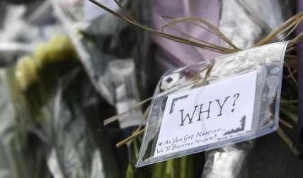 Vista de un mensaje en el que se puede leer '¿Por qué?' depositado cerca del Parlamento en Londres, Reino Unido, hoy 23 de marzo de 2017. EFE