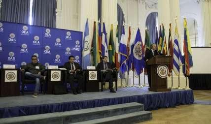 El secretario general, Luis Almagro (d), mientras pronuncia el discurso de apertura de una mesa redonda con cuatro de las principales organizaciones no gubernamentales de Venezuela, en la sede de la organización en Washington, DC (EE.UU.)  /  Foto: EFE