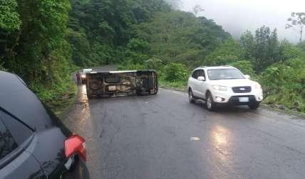 El vehículo quedó atravesado en media vía.  /  Foto: Leonardo Machuca