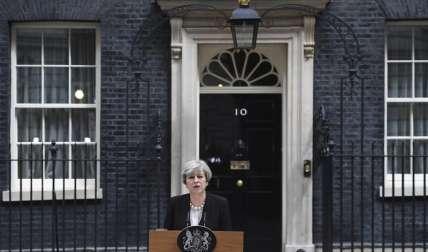 La primera ministra británica Theresa May durante la declaración realizada ante la residencia oficial de Downing Street en Londres, tras el atentado que cobro la vida a 22 personas, en el Manchester Arena al hacer explosión un artefacto.  /  Foto: EFE