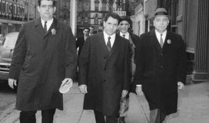 """John """"Sonny"""" Franzese, centro, el 24 de marzo de 1966, cuando era escoltado a la comisaría de la calle Elizabeth en Nueva York, después de su detención en una acusación de 43 juegos de azar. /  Foto: AP Archivo"""