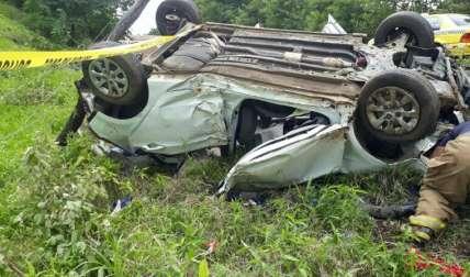 En la imagen se observa cómo quedó el auto donde viajaban las víctimas, dos de las cuales permanecen hospitalizadas.