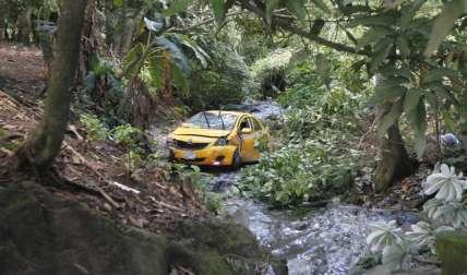 Así quedó el taxi en la quebrada.  Foto Edwards Santos Crítica