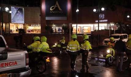 El pasado 17 de junio varios miembros de la Policía Nacional de Colombia inspeccionaban los alrededores del Centro Comercial Andino, luego de un atentado terrorista que dejó 3 mujeres muertas y 8 personas más heridas, en Bogotá (Colombia). EFE