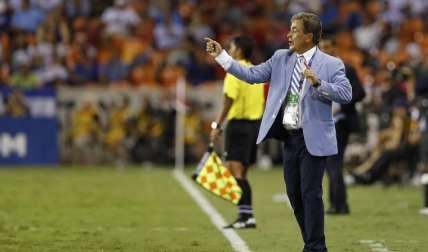 El entrenador de Honduras, Jorge Luis Pinto, dirige durante el duelo contra Guayana Francesa. Foto:EFE