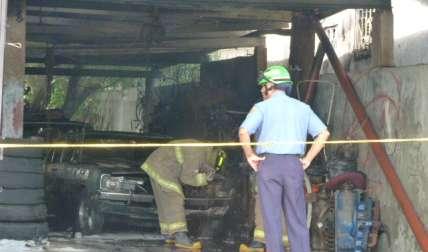 Vista general del área del incendio ocurrido ayer lunes en un taller de macánica, ubicado en Chitré.  /  Foto: Thays Domínguez