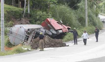 Así quedó el camión cisterna volcado.  Fotos Edwards Santos Crítica