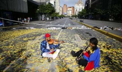 Con este paro cívico nacional, la oposición presiona una vez más al gobierno del presidente Nicolás Maduro y su iniciativa para reescribir la constitución de Venezuela.  Foto: AP