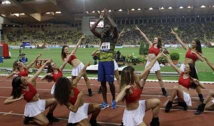 Usain Bolt  celebra su victoria en Mónaco. Foto: AP