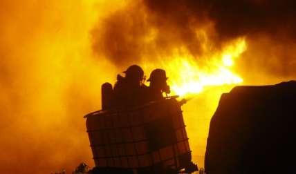 Bomberos procedieron a sofocar las llamas, lo que finalmente lograron.  Fotos Alexander Santamaría Crítica