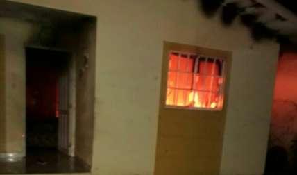 En la imagen se observan las llamas dentro de la casa.