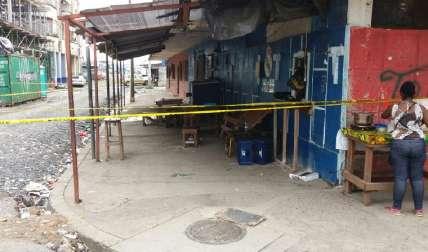 La escena del asesinato fue acordonada por las autoridades para las investigaciones. Hay terror en la comunidad.