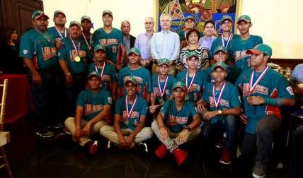 Equipo intermedio de Aguadulce, campeón mundial de la categoría, junto al ministro de la Presidencia, Álvaro Alemán. Fotos: Anayansi Gamez