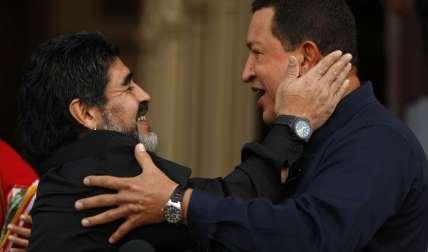 Diego Armando Maradona y el expresidente Hugo Chávez/ AP