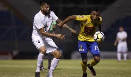 Alfredo Stephens (dcha.), del Chorrillo FC. Foto:EFE